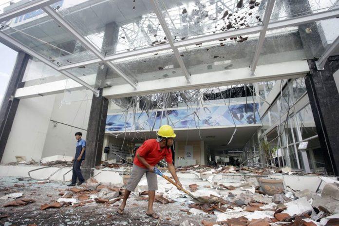 Powerful Quake Rocks Indonesian Tourist Island, 91 Dead